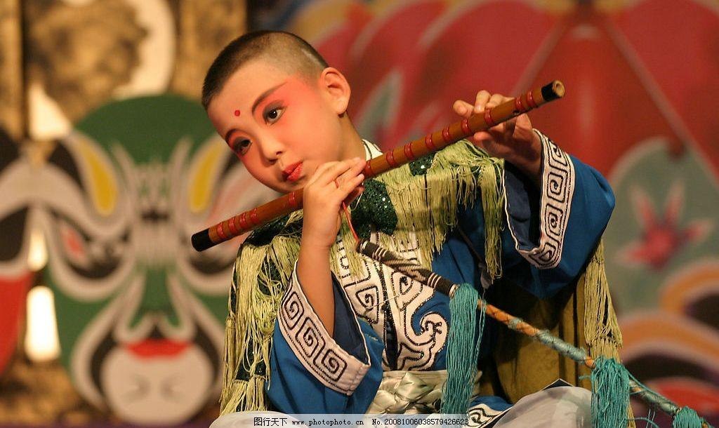吹笛子的小孩图片