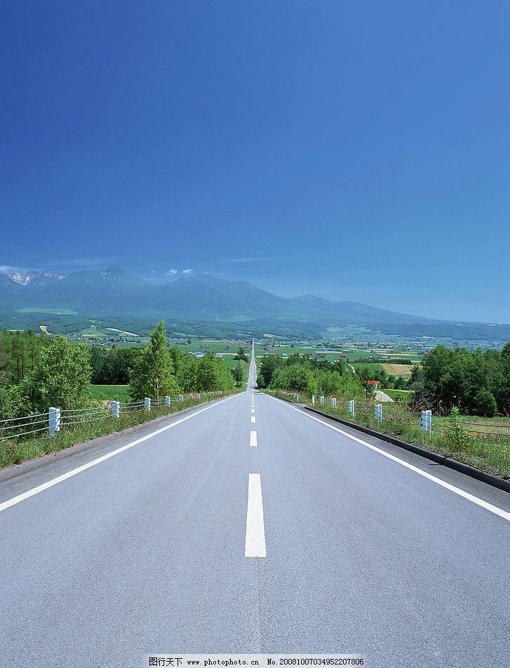道路 笔直的公路 路边风景 蓝色天空 摄影图库