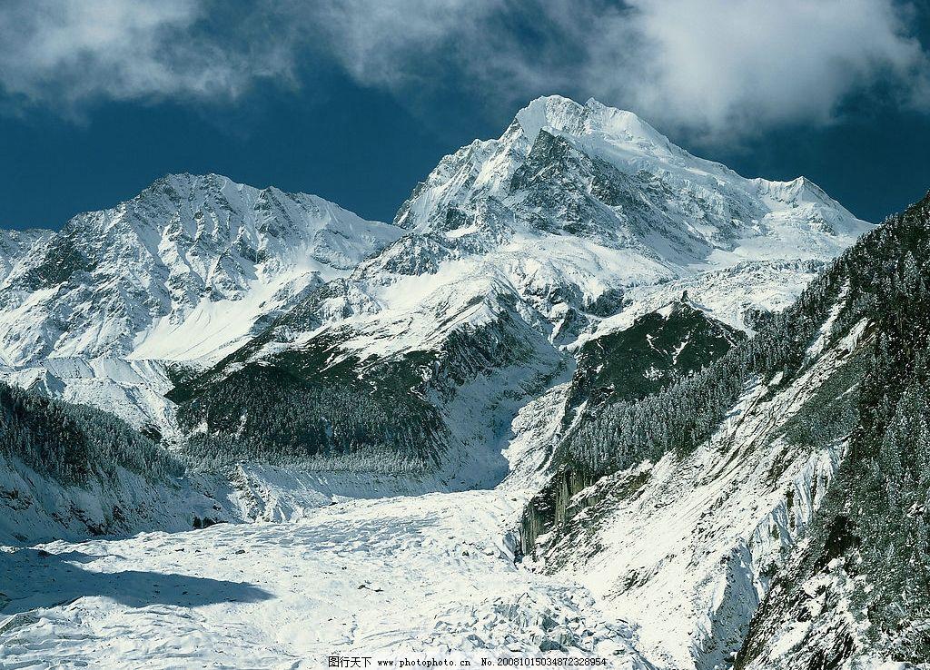 白雪 积雪 山峰 高耸入云 白云 蓝天 遍山积雪 自然景观 自然风景