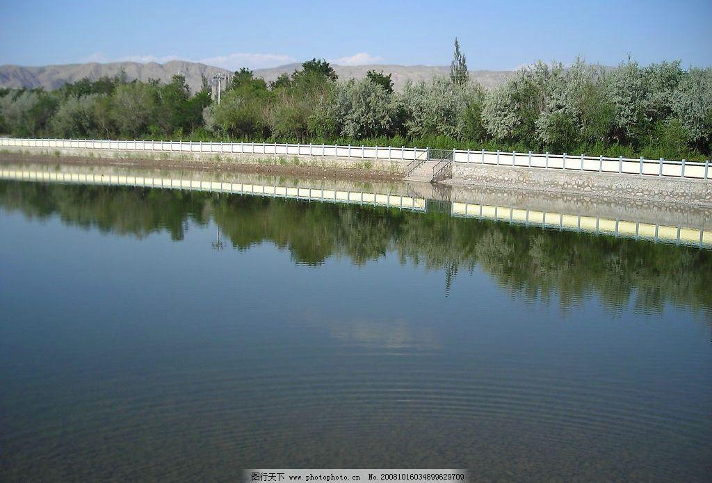 人工湖 湖水 蓝天 湖堤 树木 自然景观 自然风景 摄影图库 300dpi jpg