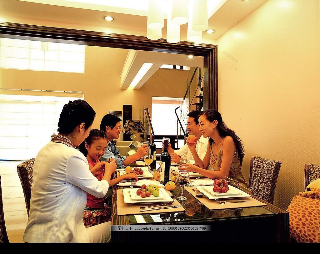 家庭聚餐 朋友聚会 款待客人 餐厅 室内 就餐 日常生活 摄影图库