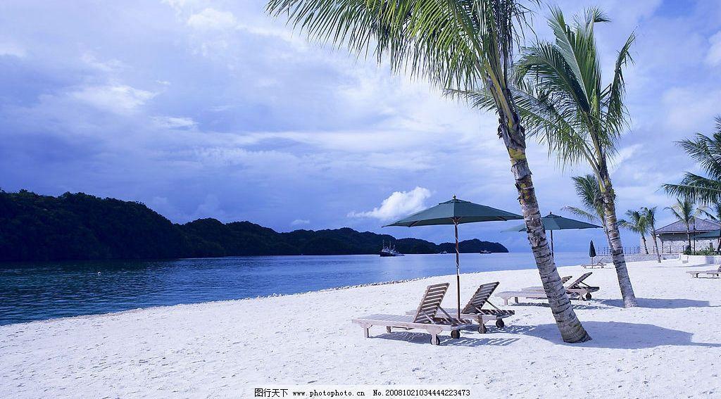 海滩 椰树 沙滩椅 太阳伞 大海 蓝天 远山 自然景观 山水风景 蓝色