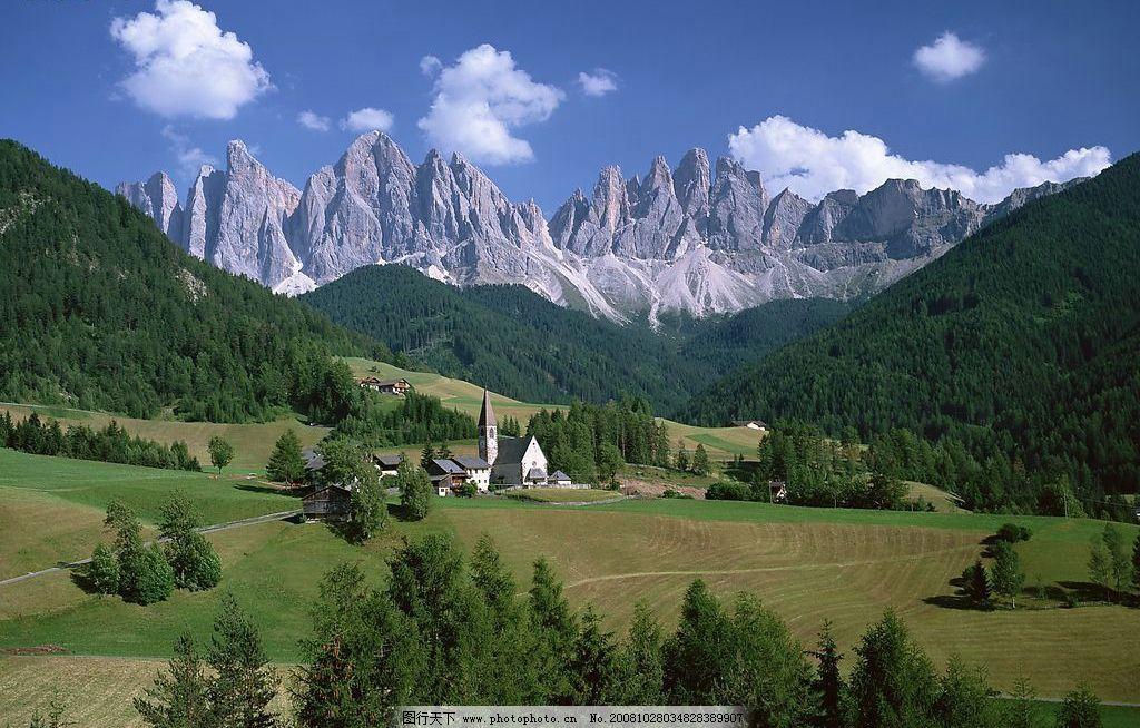山间小屋 壮丽山景 绿树 树林 蓝天 白云 石山 自然景观 自然风景