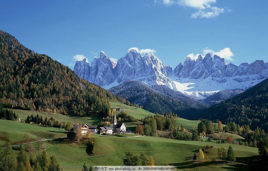 蓝天 白云 高山 小屋 树林 雪山 高峰 宁静的小村庄 欧洲风景 自然