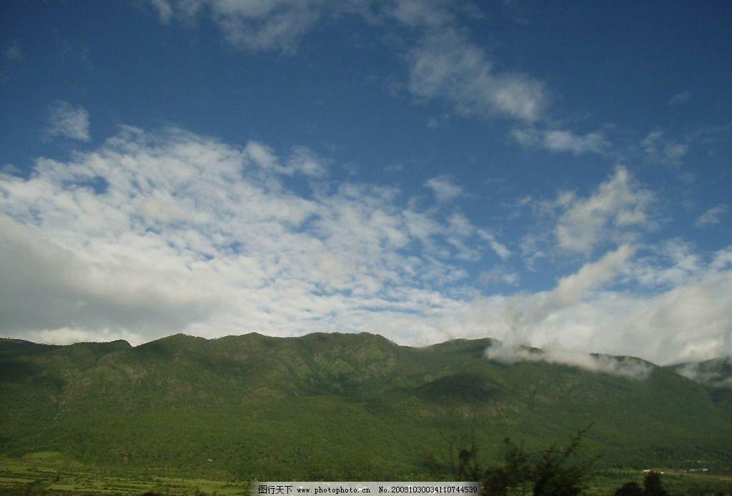 蓝天白云绿山图片