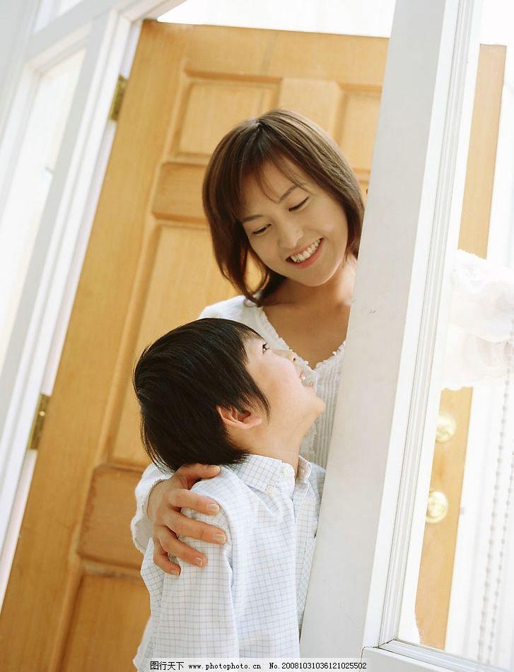 快乐家庭 温馨一家 美满家庭 幸福一家 妈妈与孩子 日常生活 摄影图库