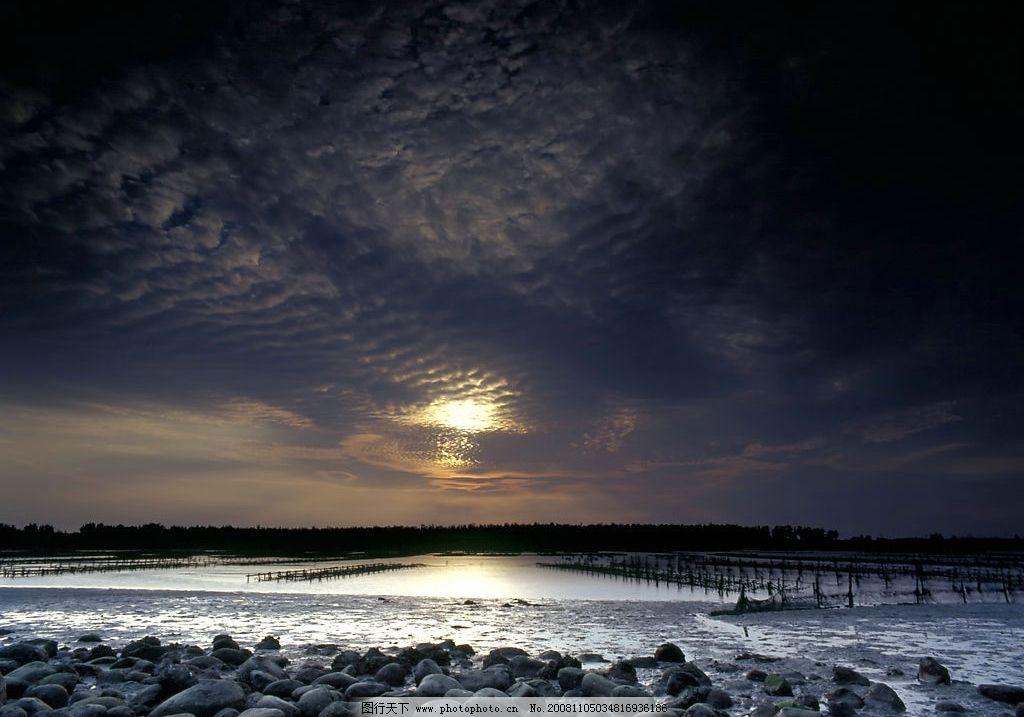 黑暗的天空 乌云 石头 岸边 自然景观 自然风景 摄影图库 300dpi jpg