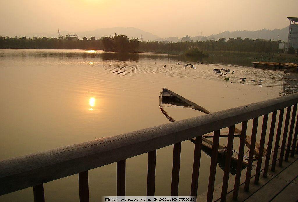 黄昏小船 小船 夕阳      湖泊 自然景观 自然风景 摄影图库 72dpi