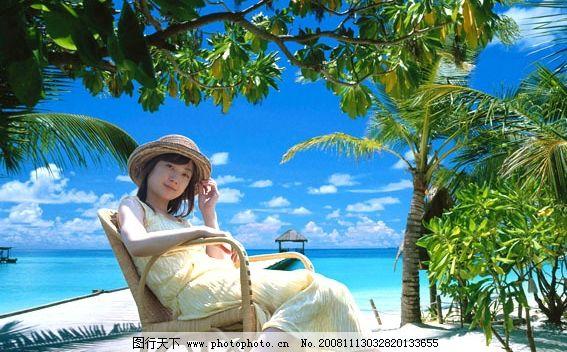 休闲美女 装饰画 风景画 海边风景 沙滩 大海 蓝天白云 psd分层素材