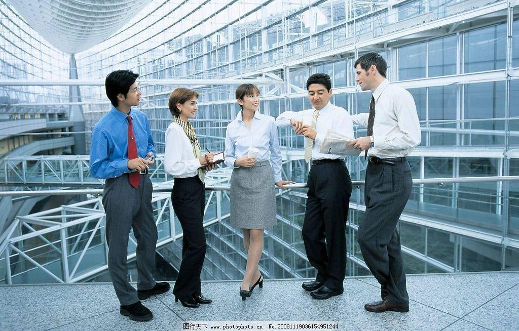 商务人物 商务大楼内 玻璃幕墙大厅 中外白领 探讨 休憩 读报 记录