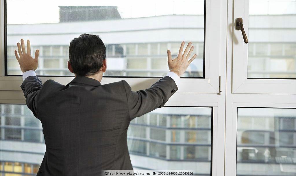 白领商务办公室人物 背影 西装 无奈 窗户 玻璃 俊男 商务人物 人物