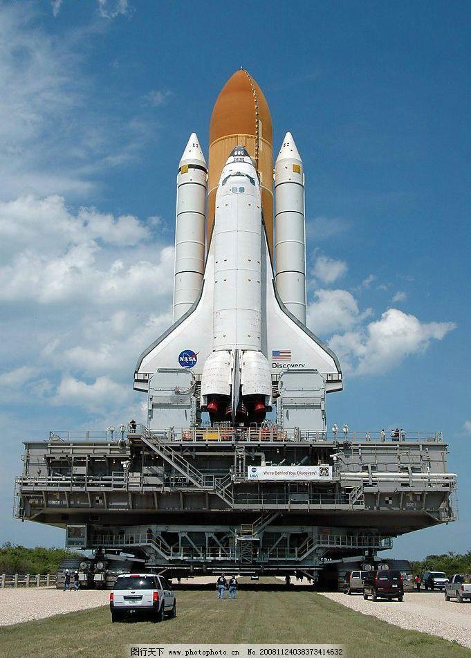 驶向发射架的航天飞机图片