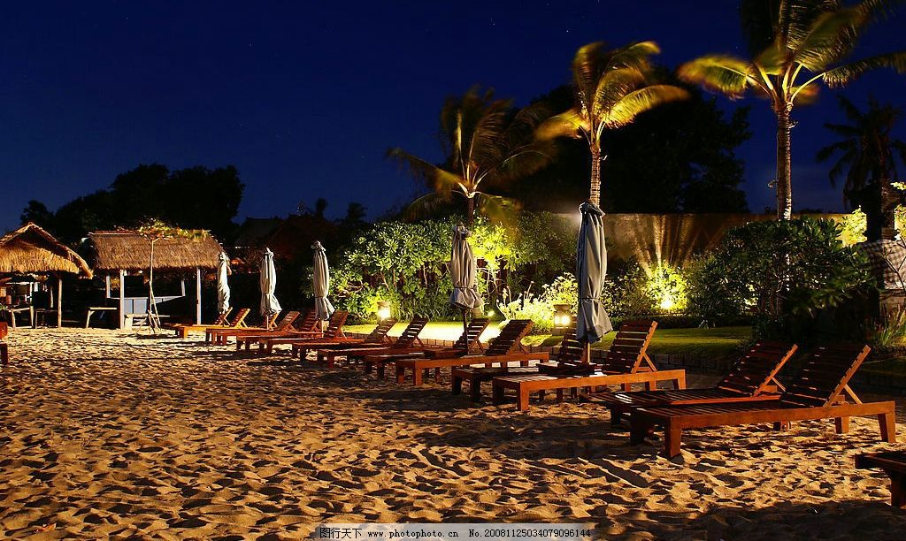 峇里岛夜晚沙滩 夜景 美景 深蓝 躺椅 椰子树 茅屋 旅游摄影