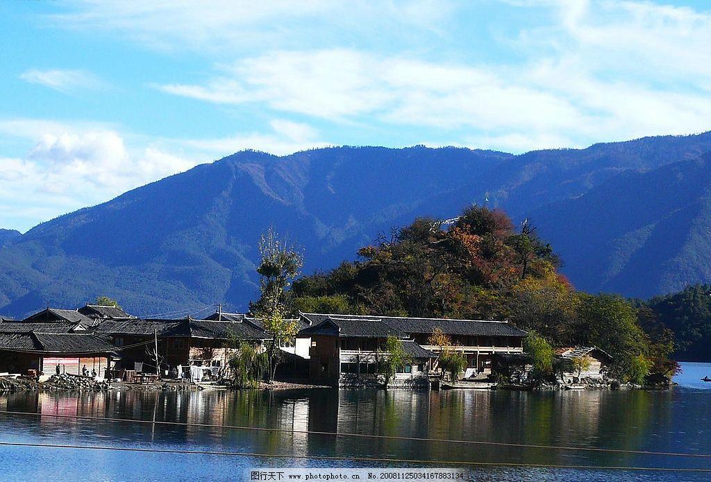 水上小村 蓝天 白云 湖水 倒影 房屋 远山 绿树 人 旅游摄影 自然风景