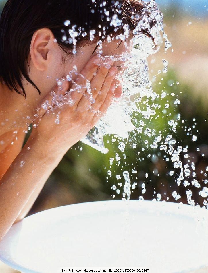 美女洗脸图片