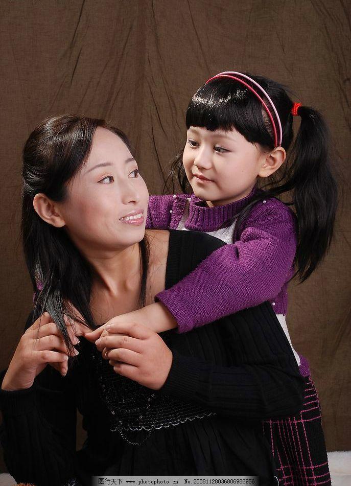 母女 妈妈和孩子 背着 亲情 人物图库 女性女人 摄影图库 300dpi jpg