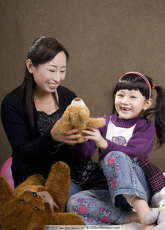母女 妈妈和孩子 玩玩具 亲情 温馨 人物图库 女性女人 摄影图库 240