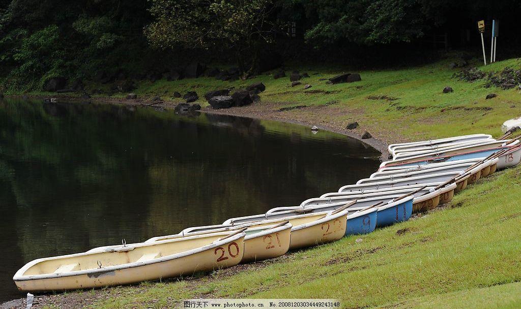 湖边 小船 一排/湖边的一排小船图片