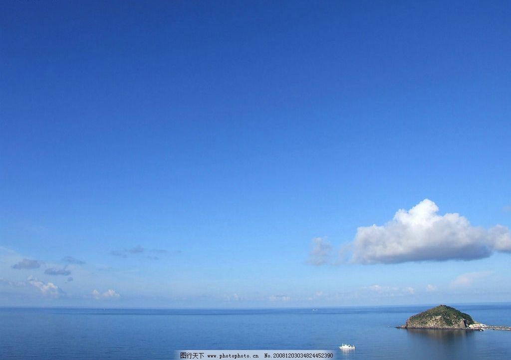 海中小岛 小岛 蓝天 白云 大海 游艇 自然景观 自然风景 摄影图库 72d