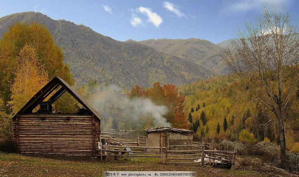 新疆风景 原始森林 小木屋 炊烟 山峰 蓝天 农庄 自然景观 自然风景
