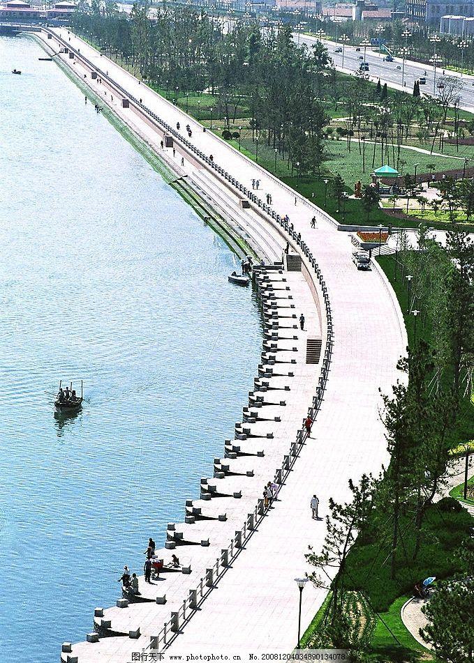 威海公园护岸 美丽 景致 海边 大海 波光 绿色 植物 摄影图库