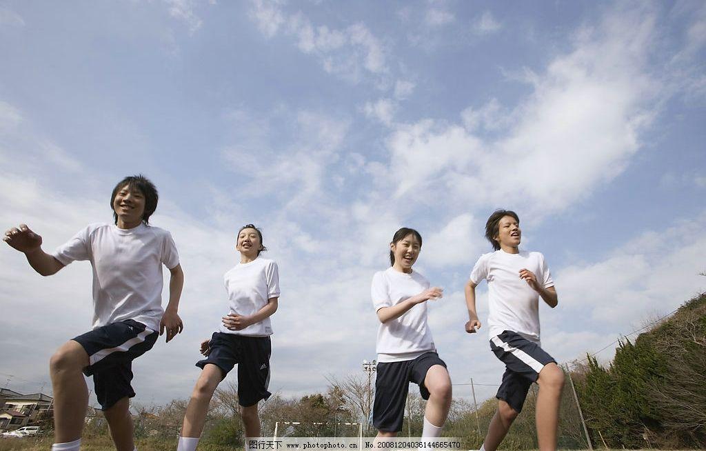 跑步 体育 户外 草地 天空 学生 学习 校园 生活 校服 课堂 教室 阳光