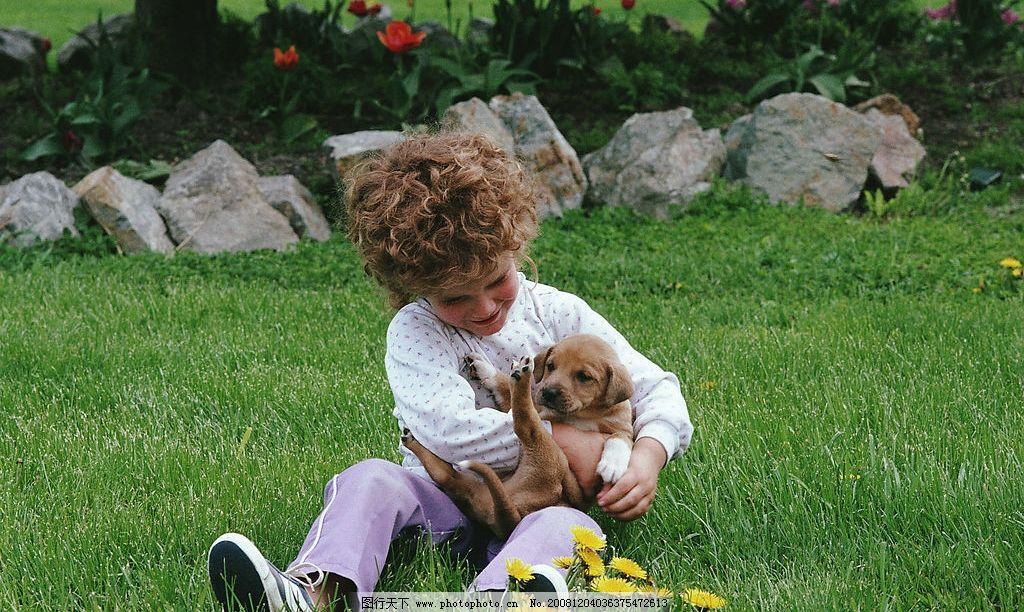 小女孩与狗 小女孩 狗 小狗 外国小孩 女孩 人物 摄影 草坪 人物图库