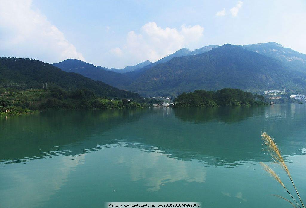 山水风景 湖水 倒影 山峰 蓝天 树木 树林 自然景观 摄影图库 180dpi