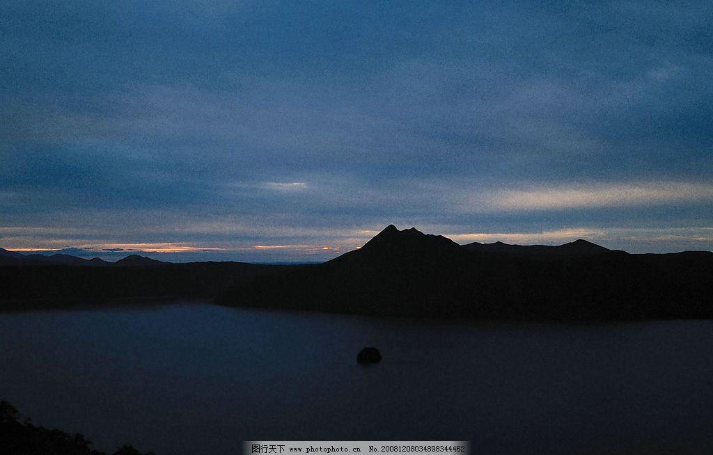 夕阳美景图片 自然风景 自然景观 夕阳景观 黄昏 外阳 晚霞 山峦 大树