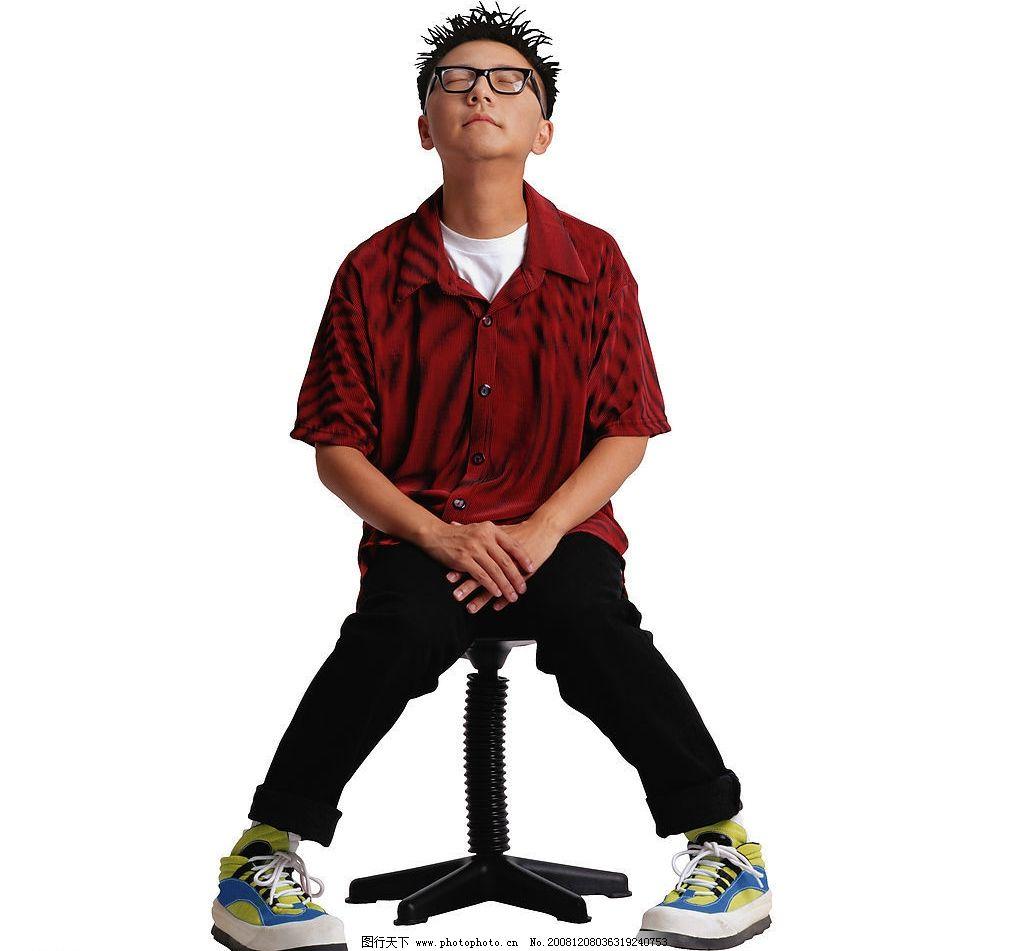 个性青年 坐姿 眼镜 男性 男生 男青年 人物图库 人物摄影 摄影图库