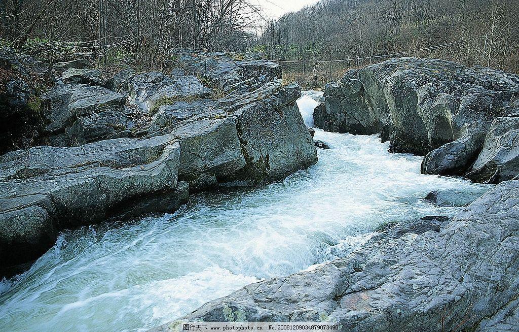自然风景 中河山水图片 风景 秀丽 大山 绿草 石头 溪流 山峦 流水
