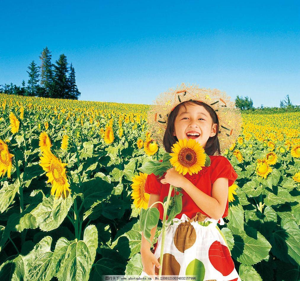 向日葵和小女孩 蓝天 树木 自然景观 自然风景 摄影图库