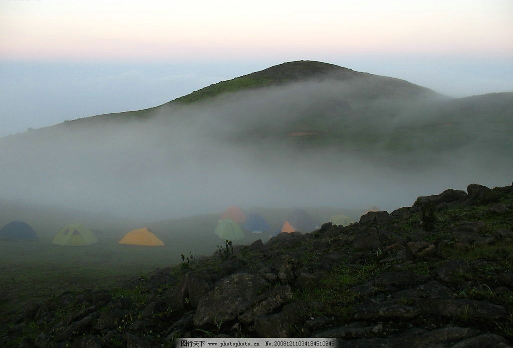 风景 雾气 山脉 草原 帐篷 风景照片 旅游摄影 摄影图库