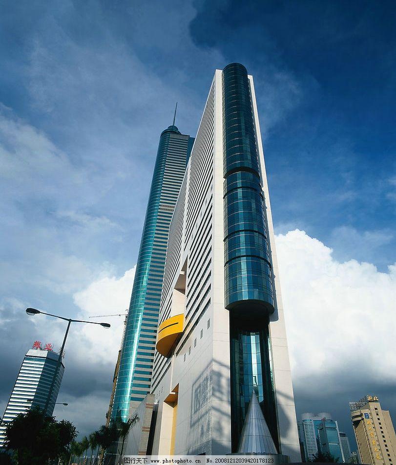 高樓大廈遠景 遠處高樓 仰視高樓 玻璃外墻 圓柱高樓 仰望 天空