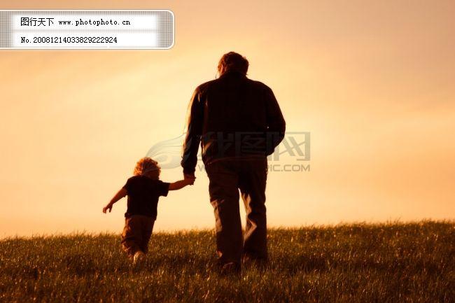 背影 草地 黄昏 老人 天空 小孩 黄昏 老人 小孩 草地 天空 背影 图片