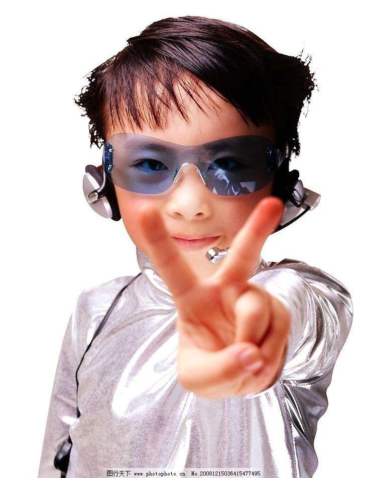 儿童 男孩 小男孩 墨镜 胜利手势 胜利 人物图库 儿童幼儿 摄影图库