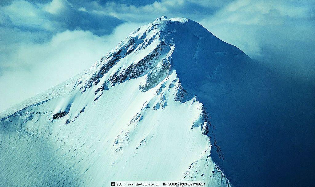 孤峰入云 藍天 白云 雪山 聳立 陽光 陰影 高清 風景 攝影