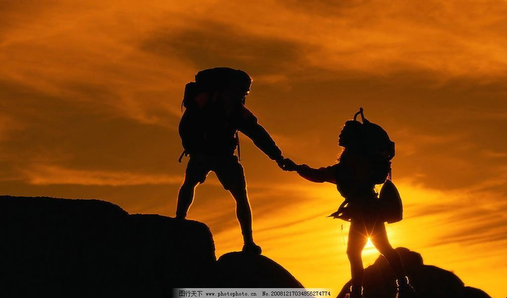 携手攀登 情侣 山峰 日出 互助 登山 自然景观 自然风景 摄影图库