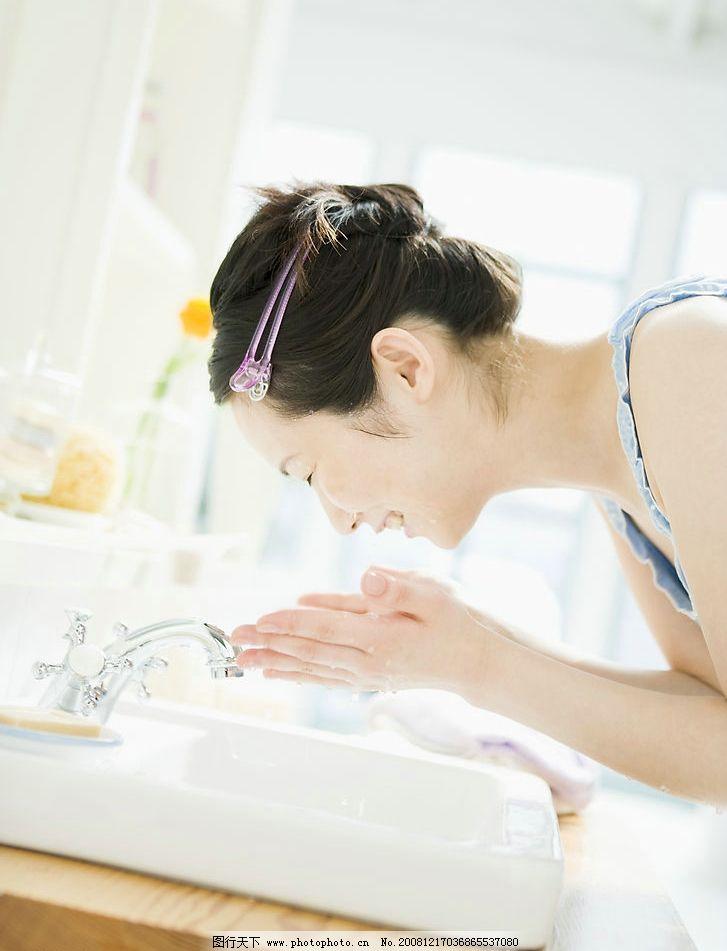 洗脸 洁面 美女 清晨 休闲 少女 女性女人 夏日休闲少女 美容保健