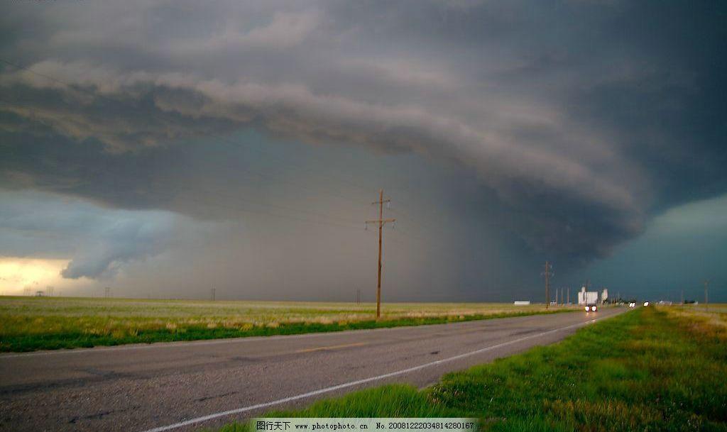 龙卷风 自然灾害 田野 汽车 公路 自然景观 自然风景 摄影图库 72dpi