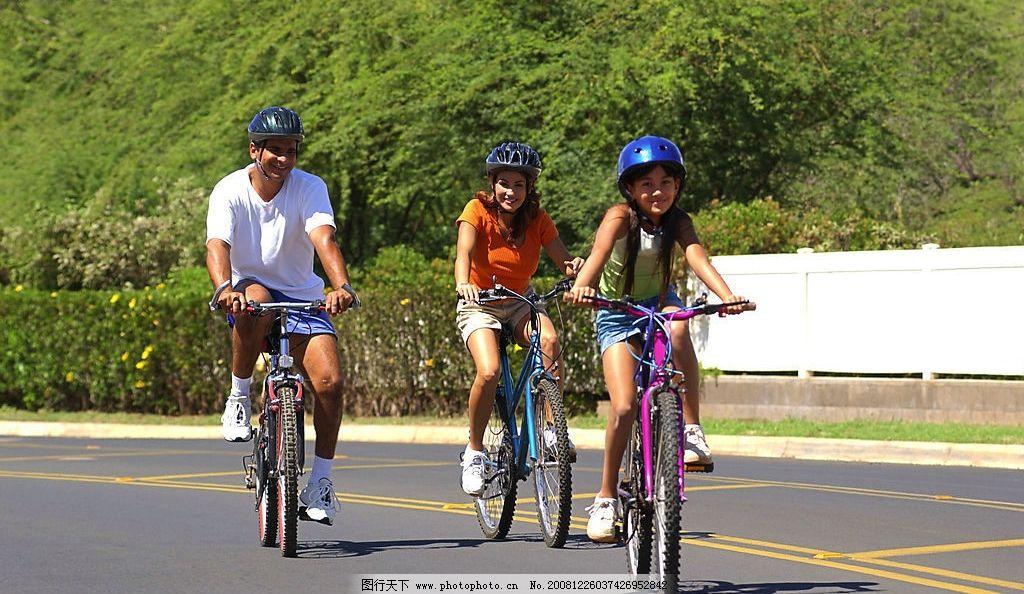 骑自行车 小孩 头盔 公路 骑车 生活百科 体育用品 摄影图库 300dpi