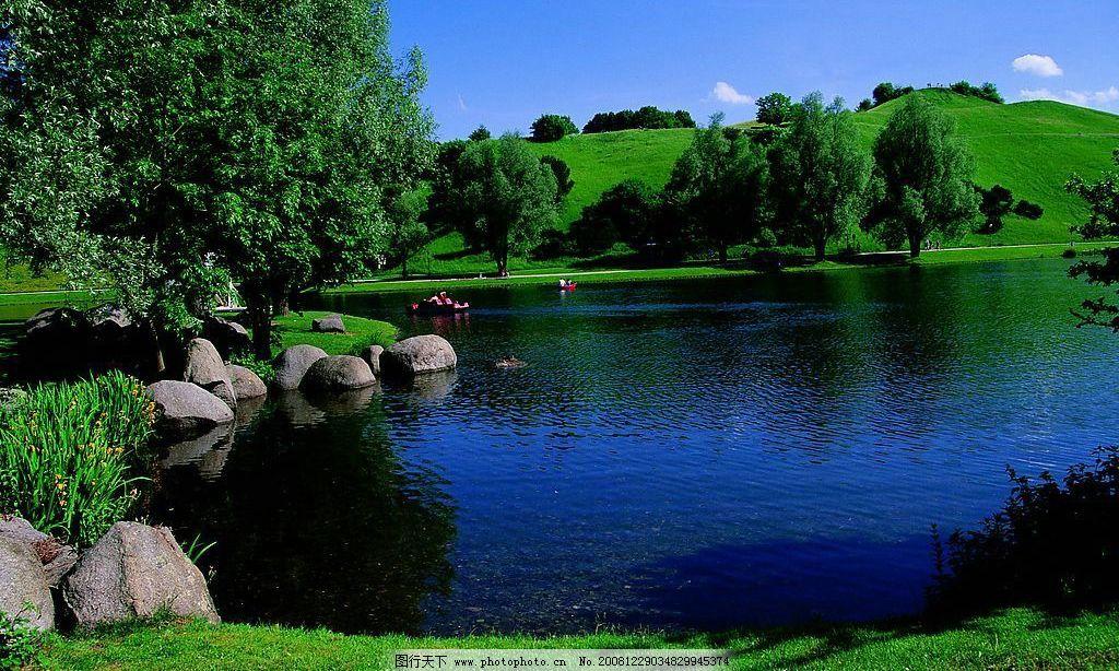 休闲风景 河水 绿树 草地 蓝天 石头 小蜒 山 白云 绿 自然景观 自然