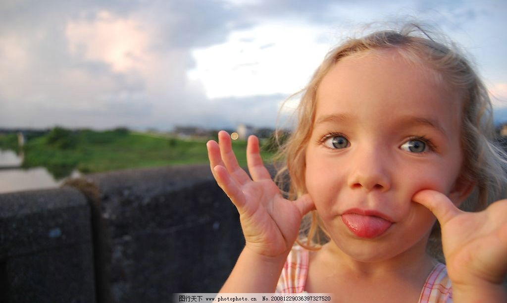 外国小女孩 可爱 鬼脸 人物摄影 摄影图库